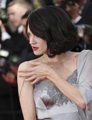 艾莎裹青色睡袍凸点惹眼