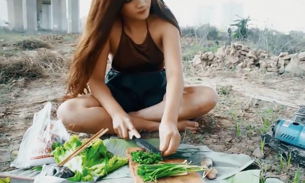 这个老挝美女厉害了!干起活来完全不顾形象