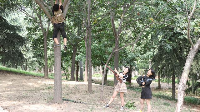 短剧:AWM大神在树上做埋伏,不料却被树卡住