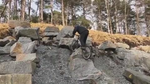 牛人骑着小轮车飞檐走壁 跳跃各种岩石