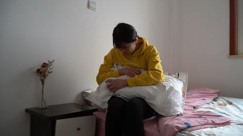 秋霞影院女儿结婚,母亲只陪嫁一个枕头,吵架后拆开枕头,女儿哭了