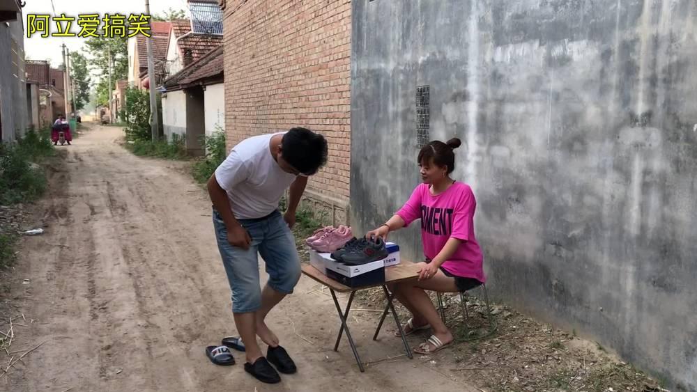 美女街头卖鞋,结果尴尬了!