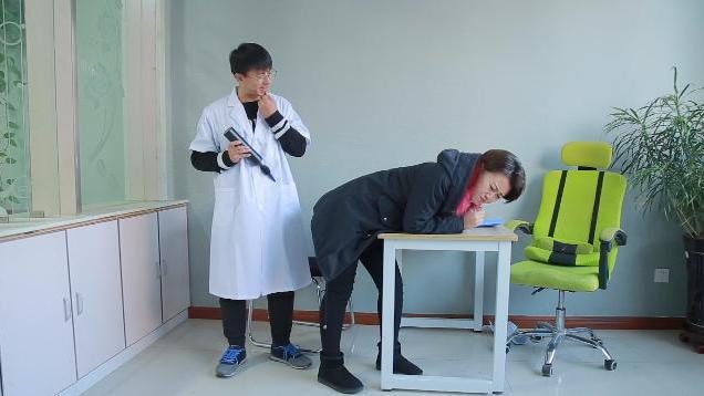 美女肚子疼找男医生打针,没想到医生不好意思,隔着裤子打针