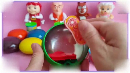 粉红猪小妹与熊出没光头强一起拆巧克力玩具蛋,咸蛋超人 憨豆先生
