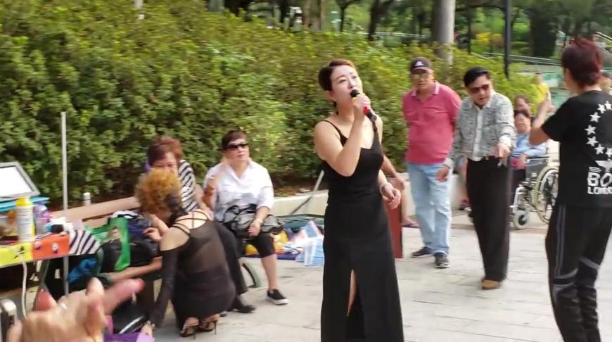 街头艺人香港屯门公园一曲《我只在乎你》唱得深情,听了入心