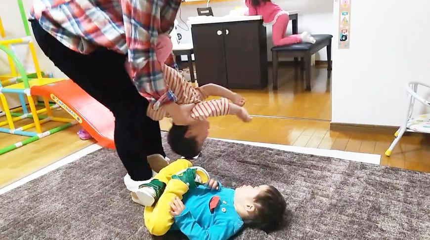 双胞胎唐氏症宝宝抢着和妈妈玩翻跟头游戏,小哥俩身手非常了得!