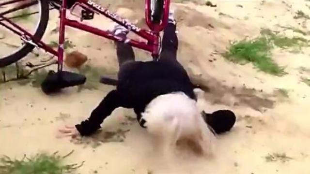 笑死不偿命:妹子上演自行车版速度与激情