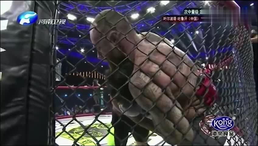 武林笼中对罕见的飞膝爆头,中古小伙被TKO