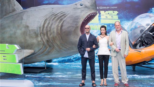 杰森·斯坦森《巨齿鲨》挑战大 李冰冰水下拍摄极限缺氧
