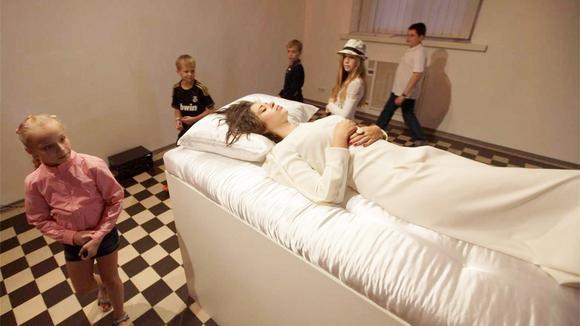 睡美人展览吻醒就能把美女娶回家?网友:吃颗蒜试试!