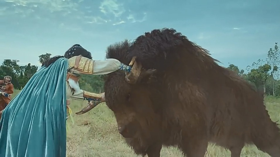 重耳传奇:野牛发飙差点踩死小孩,重耳一把抓住牛头,把它掀翻了