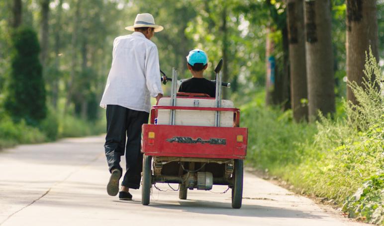 【过昭关】祖孙抱团挑战公路冒险 极致治愈获封年度最暖