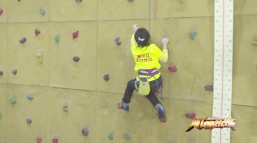 6岁女孩表演室内攀岩 飞檐走壁引众人连连尖叫
