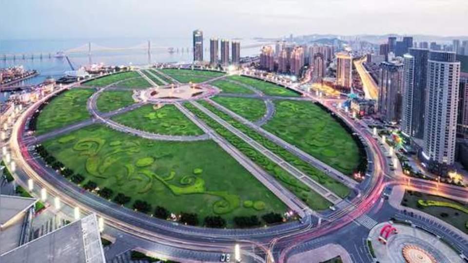 【世界最大城市广场,比四个天安门还大,竟是用垃圾填海造的