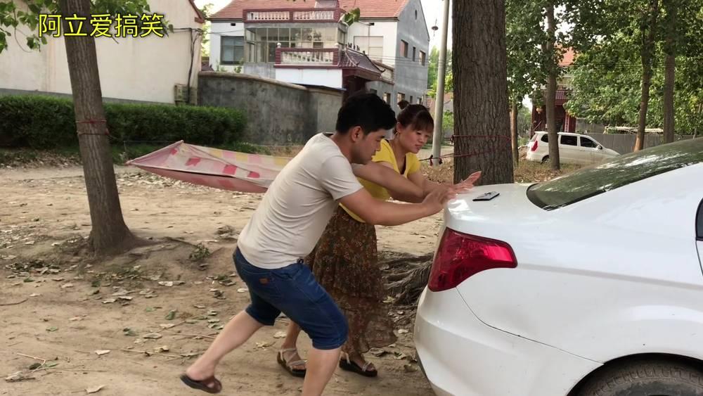 大哥路边帮美女推车,没想到老婆闹了误会!