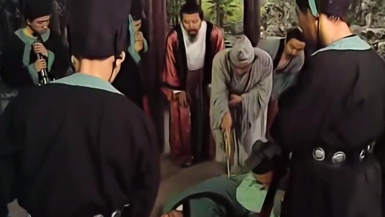 已死之人躺在地上,济公拿出宝扇戳了几下,死人竟站了起来