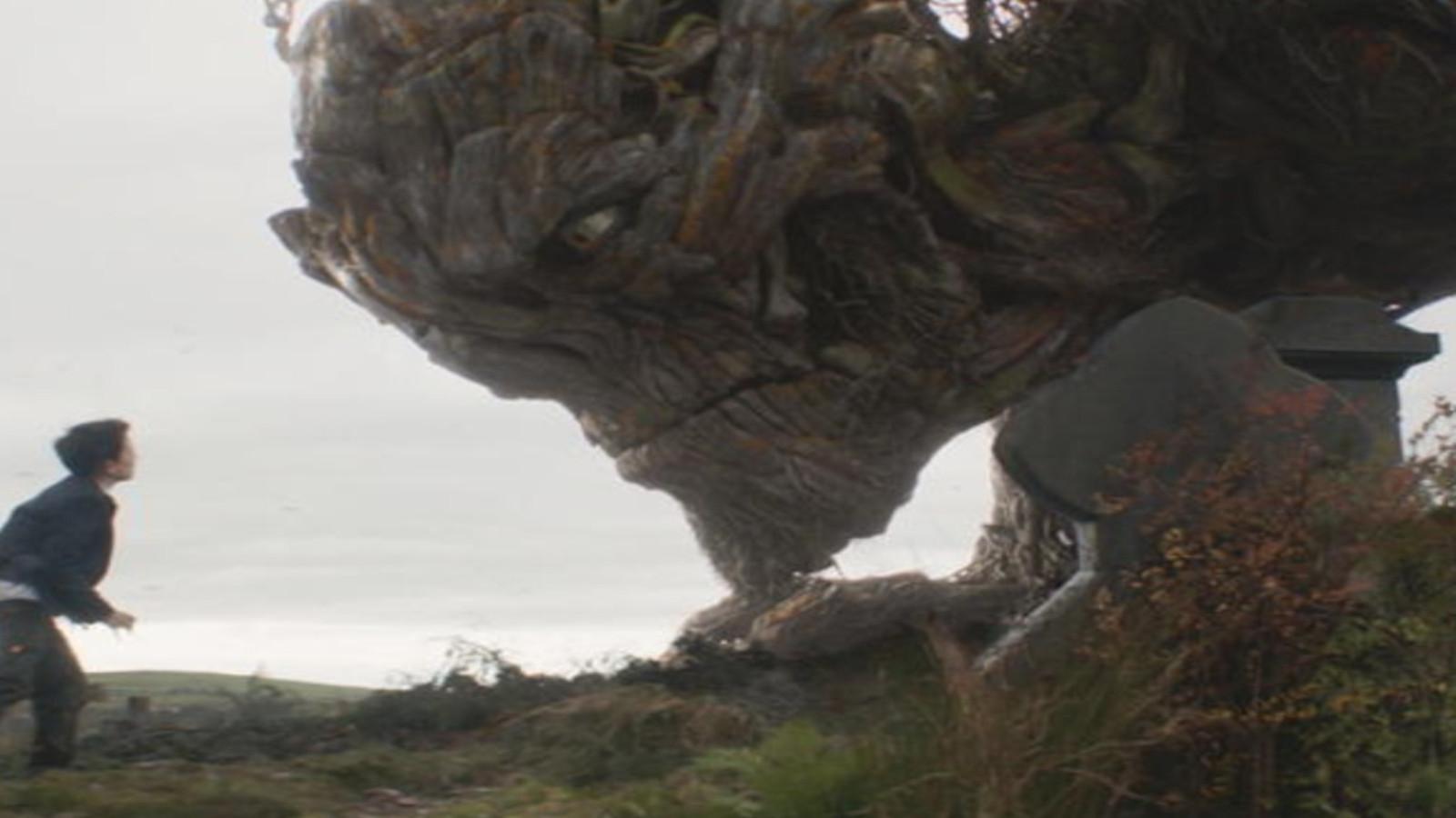 巨型树妖破土而出,8分钟看完奇幻惊悚片《当怪物来敲门》